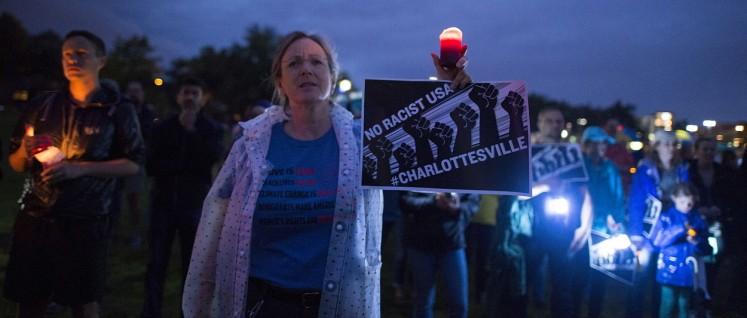 Etwa 1000 Menschen versammelten sich nahe Bde Maka Ska (Lake Calhoun), um gegen die rassistische Gewalt in Charlottesville, Virginia, zu demonstrieren. (Foto: [url=https://www.flickr.com/photos/fibonacciblue/36557409635]Fibonacci Blue[/url])