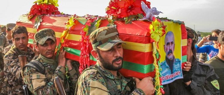 Abschied von den Opfern des türkischen Luftangriffes auf die YPG-Basis bei Karacok. (Foto: Willi Effenberger)