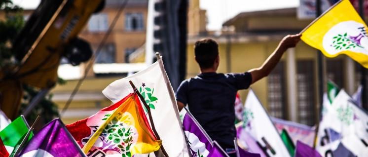 Heute auch im Parlament: Dass die prokurdische Partei HDP bei beiden Wahlen im letzten Jahr die 10-Prozent-Hürde überwinden konnte, hat die kurdische Bewegung gestärkt. (Foto: flickr/Dogan Ucar/CC BY-NC-SA 2.0)