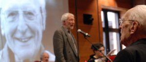 Robert Steigerwald hört während der Feier zu seinem 90. Geburtstag dem Sänger und Rezitator Erich Schaffner zu (Foto: Tom Brenner)