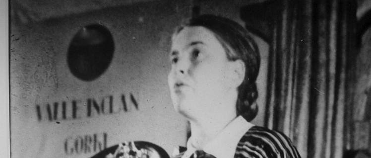 """Aufnahme von Anna Seghers während ihrer Rede vor dem II. Schriftstellerkongress in Madrid und Valencia """"Zur Verteidigung der Kultur""""; aus der Ausstellung """"Bilder der Solidarität""""."""