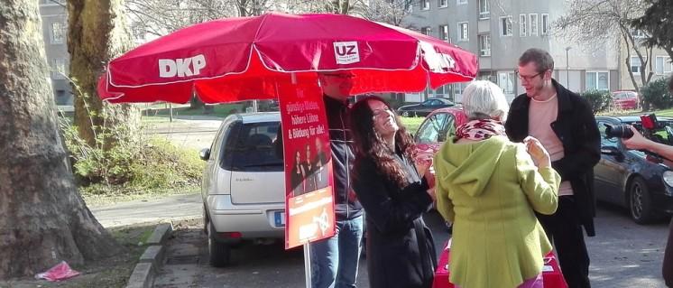 Die Kamera sieht alles: Die Akteure haben sichtlich Spaß beim Infostand. (Foto: Wahlkampftem DKP Ruhr-Wetsfalen)