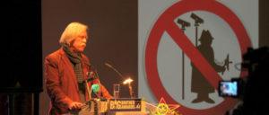 Laudator: Dr. Rolf Gössner bei der Verleihung des Big Brother Award in der Kategorie Behörden & Verwaltung an den Bundesnachrichtendienst (BND). (Foto: Bernd Sieker / CC by 4.0)