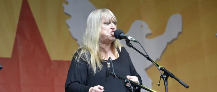 Gina Pietsch beim Antikriegsmeeting (Foto: Tom Brenner)