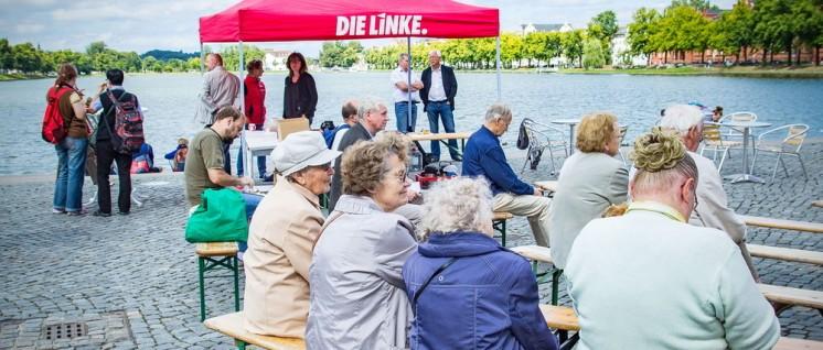 "Hartes Brot: Landtagswahlkampf der Partei ""Die Linke"" in Schwerin (Foto: Martin Heinlein, Die Linke, CC BY-ND 2.0)"