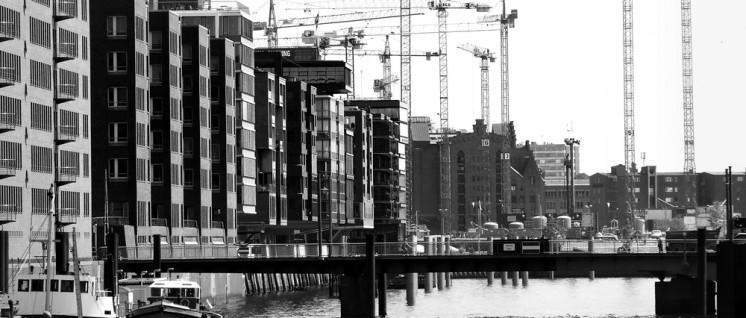 Lebhafte Bautätigkeit in Hamburg– leider nicht sozial (Foto: RainerSturm/pixelio.de)