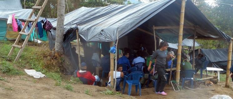 """Das Zelt ist provisorisch aufgebaut, die Bildungsarbeit, die darin stattfindet, ist es nicht. Schulstunde in der """"Übergangszone"""". (Foto: Günter Pohl)"""