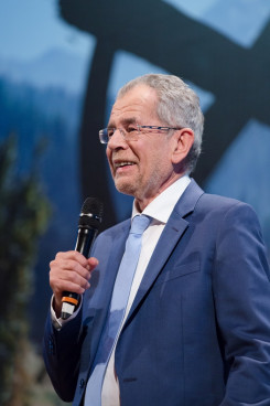 """Der neue Bundespräsident Alexander Van der Bellen: """"Seine Kampagne hat keine Lösungen aufgezeigt, sondern eine heile Welt plakatiert"""", so die KPÖ Steiermark."""
