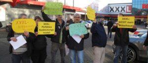 Am 3.Dezember machten gewerkschaftliche AktivistInnen mit einem Flashmob die Kundschaft auf die Machenschaften von XXXL aufmerksam. (Foto: Peter Köster)