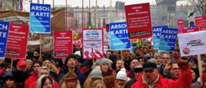 """Eine massive Bewegung – aber nicht stark genug, um die Angriffe des Kapitals abzuwehren: Demonstration """"Gewerkschafter gegen Rassismus und Sozialabbau"""" im Januar 2018 in Wien (Foto: [url=https://de.wikipedia.org/wiki/Datei:Wien_-_2018-01-13_-_Gro%C3%9Fdemo_gegen_Schwarz-Blau_-_05_-_GewerkschafterInnen_gegen_Rassismus_und_Sozialabbau.jpg]Haeferl[/url])"""