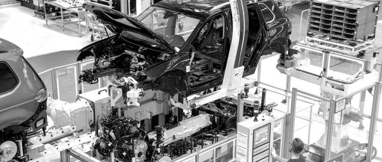 Produktion Volkswagen Tiguan im Volkswagen Werk Wolfsburg. In der Montage werden bei der Hochzeit Karosserie und Fahrwerk zusammengefügt. (Foto: Volkswagen AG)
