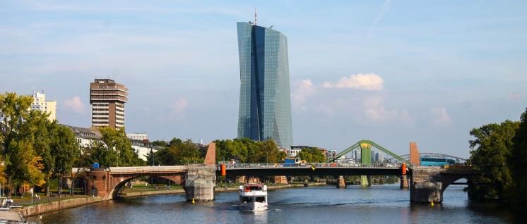 """Das Gebäude der EZB in Frankfurt: """"Die EZB gewährt allen Eurostaaten einen Schuldenerlass – nur Griechenland nicht."""" (Foto: Yves Mertens, Wikimedia Commons, CC BY-SA 4.0)"""