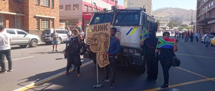 """Zuma must fall"" - Proteste gegen Präsident Zuma in Kapstadt (7 April 2017). (Foto: [url=https://commons.wikimedia.org/wiki/File:Zuma_Must_Fall_protesters_in_front_of_police_van.jpg]Discott[/url])"