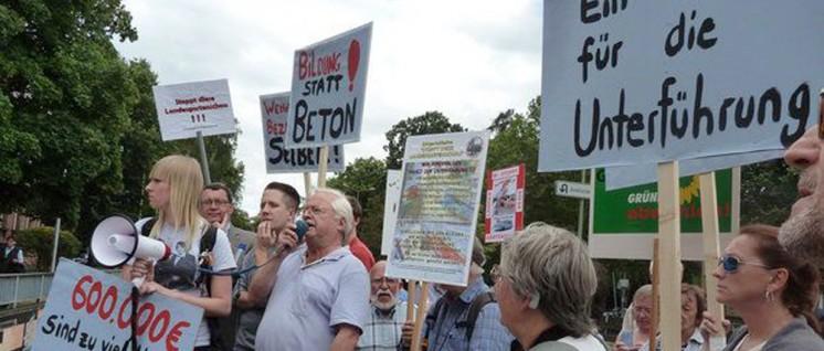"""Etwa 250 Menschen demonstrierten gegen unsinnige """"Begleitmaßnahmen"""" der Landesgartenschau, die die Stadt Gießen gegen den mit tausenden Unterschriften bezeugten Willen der Bevölkerung durchführte. Die DKP war aktiv dabei– hier mit Michael Beltz am Mikro. (Foto: UZ)"""