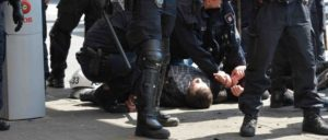 Gewalttäter bei G20-Protesten? Hamburger Polizisten nehmen einen Demonstranten fest. (Foto: Gemeinfrei)