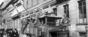 """Rechter Terror braucht rechte Geschichtsfälschung: Für die Reaktion – hier Angehörige des Freikorps """"Brigade Erhardt"""" während des Kapp-Putsches – war die Legende von den """"Novemberverbrechern"""" ein Vorwand für ihre Angriffe auf die Arbeiterklasse. (Foto: Bundesarchiv, Bild 146-1971-091-20)"""