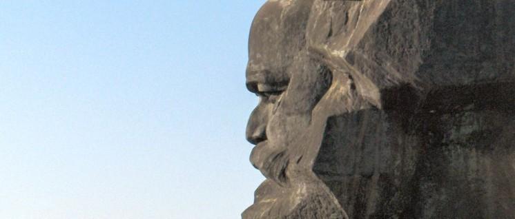 Das 1971 eingeweihtes Karl-Marx-Monument von Lew Kerbel in Chemnitz (Foto: [url=https://commons.wikimedia.org/wiki/Category:Karl-Marx-Monument_in_Chemnitz?uselang=de#/media/File:Chemnitz_Marx_Monument.jpg]motograf/Wikimedia Commons[/url])