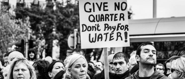 Nicht noch mehr zahlen – Protest gegen Wassergebühren in Dublin. (Foto: William Murphy/flickr.com/CC BY-SA 2.0)