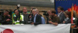 """""""Klartext reden, ehrliche Politik""""– das gilt auch für Corbyn nur bis zu einem bestimmten Grad. (Foto: [url=https://commons.wikimedia.org/wiki/File:Jeremy_Corbyn_Liverpool_rally_(29826487474).jpg]Kevin Walsh / Wikimedia Commons[/url])"""