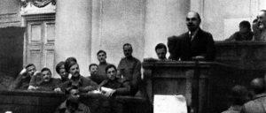 Lenin spricht im Taurischen Palast in Petrograd, 4. (17.) April 1917 (Foto: P.I. Wolikow/public domain)