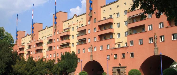 """Sozialer Wohnungsbau in roten Wien: Der """"Karl-Marx-Hof"""" (Foto: [url=https://de.wikipedia.org/wiki/Datei:Karl-Marx-Hof_2009.jpg]Dreizung/Wikimedia Commons[/url])"""