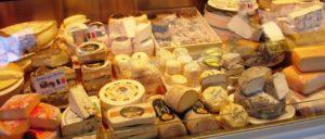 Eine wohlsortierte, also übliche Käsetheke in EU-Landen (Foto: Jens-Olaf Walter / Lizenz: CC BY-NC 2.0)