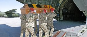 Auf dem Hinflug Soldaten, auf dem Rückflug Leichen – auch das ist der Preis für Kriegseinsätze (Foto: Bundeswehr/Andrea Bienert)