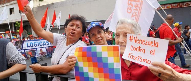 Mit Farben, die die indigenen Völker Boliviens repräsentieren, wird, wie hier in Caracas, Solidarität gegen den Putsch ausgedrückt.                          (Foto: mppre.gob.ve)