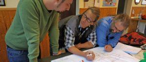 Alles nach Plan: Ansgar (Mitte) erläutert die nächsten Schritte.                          (Foto: Tabea Becker)