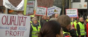 Rund 100 Beschäftigte des Städtischen Klinikums Solingen protestierten am vergangenen Freitag gegen die geplanten Auslagerungen von Abteilungen.                          (Foto: Walter Herbster)