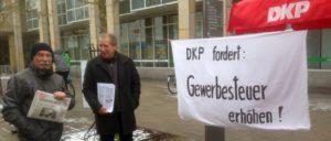 Reinhard Püschel (links) auf der Straße für die Interessen von Mensch und Natur                          (Foto: DKP Heidenheim)
