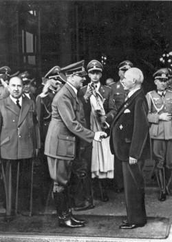 """Gustav Krupp von Bohlen und Halbach (1870 - 1950) empfängt Adolf Hitler vor seiner """"Villa Hügel"""" in Essen."""