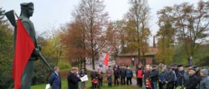 Vor der Veranstaltung gedachte die DKP der Soldaten und Matrosen der Novemberrevolution. (Foto: Christoph Hentschel)