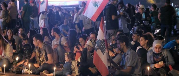 Demonstranten blockieren in Beirut die Ringbrücke, eine wichtige Verkehrsader. (Foto: Nadim Kobeissi / Lizenz: CC BY-SA 4.0)