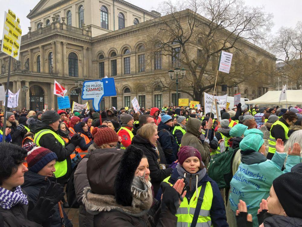 Rund 3.000 Kolleginnen und Kollegen aus der Pflege demonstrieren gegen Zwangsmitgliedschaft und Zwangsbeiträge in der Pflegekammer Niedersachsen am 2. Februar 2019 in Hannover