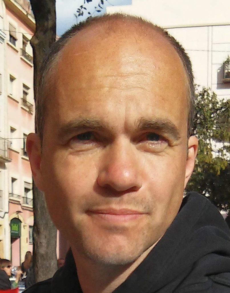 Mischa Aschmoneit, Jahrgang 1968, engagiert sich seit Mitte der 1980er Jahre in der außerparlamentarischen Linken. Seit Juni 2010 ist er Mitglied der Interventionistischen Linken Düsseldorf [see red!]