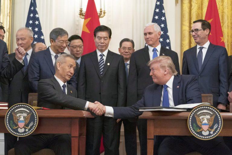 Trump und der chinesische Vize Liu He bei der Unterzeichnung des Abkommens