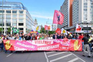 Wenig kämpferisch: Das Leittransparent der DGB-Demo am 1. Mai 2018 in Berlin (Foto: Uwe Hiksch/flickr)