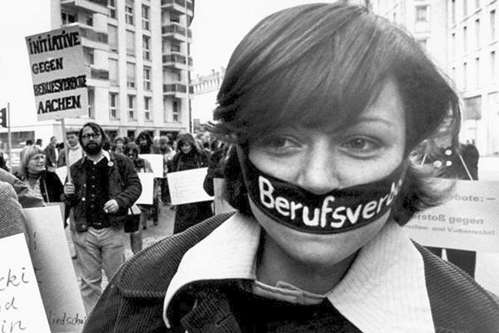 """Sinnfällig und bildstark war der Protest gegen den """"Radikalenerlass"""" in den 70er Jahren (Foto: Klaus Rose)"""