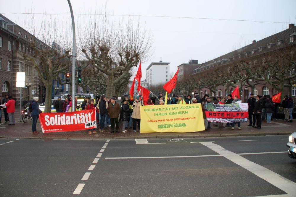 Trotz der Morgenkälte waren viele vor das Amtsgericht Oberhausen gekommen, um Solidarität zu zeigen (Foto: Privat)