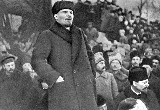 Lenin bei der Trauerfeier für Y. M. Sverdlov auf dem Roten Platz.