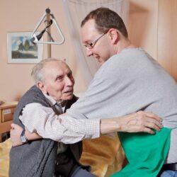 Altenpflege in Straßenkleidung